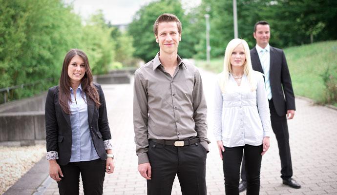 Foto von ein paar Absolventen der VWA.