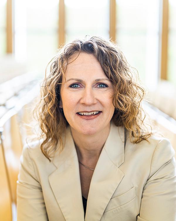 Portraitfoto der Geschäftsführerin der VWA, Sabine Müller.