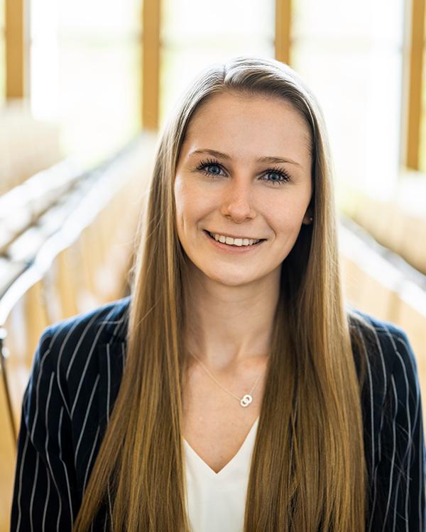 Portraitfoto der Geschäftsführerin der VWA, Anna Balzen